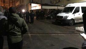 В Киеве возле офиса ОПЗЖ задержали Mercedes с оружием: что там произошло